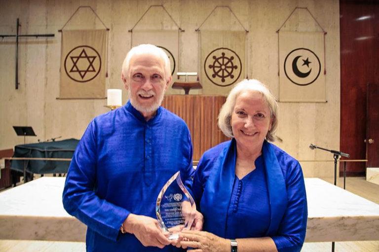 Duchovní ředitelé Anandy, Najasvámí Jyotish a Devi obdrželi cenu OSN